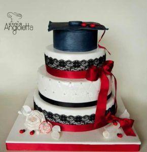 Cake design per una torta di laurea con fiocchi, merletti e tocco