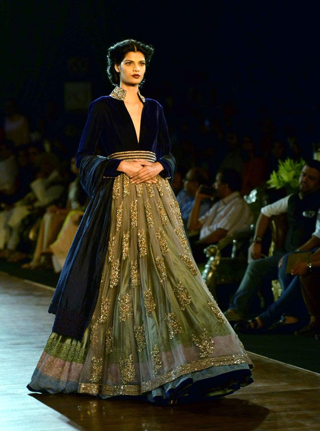 With SRK and Deepika as show stoppers, Manish Malhotra ends Couture Week - | Photo1 | India Today |