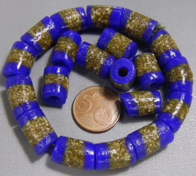 blauwe kralen met verschillende kleuren glas (blauw en bruin). De kralen zijn gemaakt door de krobo-stam in Ghana, Afrika