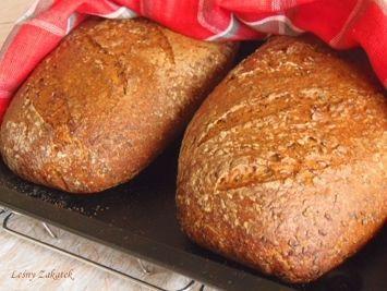2 bochenki każdy o wadze po upieczeniu, około 850g. Smak i zapach chleba podkreśla palona mąka i ziarno sezamu. Siemię lniane oprócz smaku daje ciastu stabilność i wzmacnia je podczas ostatecznej ferm...