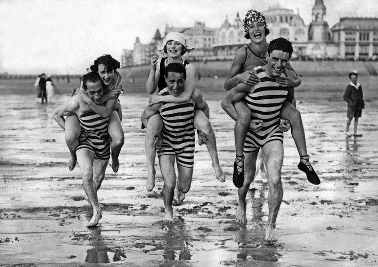 Tre coppie  nella spiaggia di Ostenda, in Belgio, primo luglio 1938. (STAFF/AFP/Getty Images) -