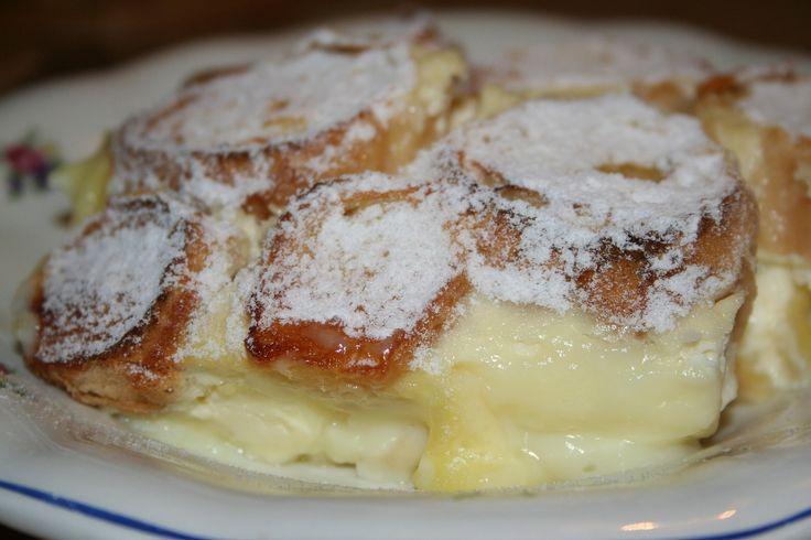 Pochutkova zemlovka Rohlíky si nakrájíme na kolečka a namočíme v mléku s cukrem a dvěma vejci. Naklademe na dno pekáčku, na ně nastrouháme jablka, polejeme pudinkem...
