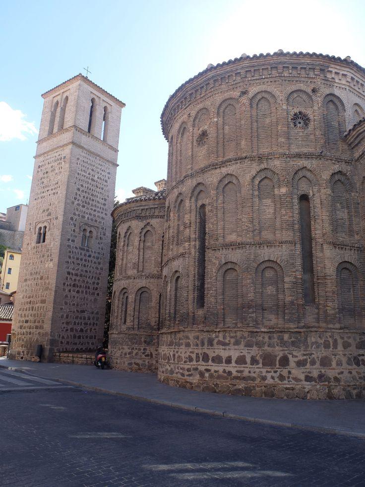 Torre, que es exenta y ábsides. La torre es del siglo XII. El resto de esta iglesia del XIII