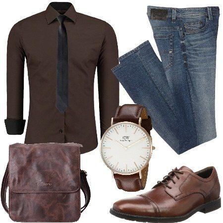 Jeans lavaggio scuro, vita normale, regular fit abbinato a camicia vestibilità attillata con cravatta. Tracolla da lavoro in pelle. Scarpe stringate e orologio da polso con cinturino in pelle.