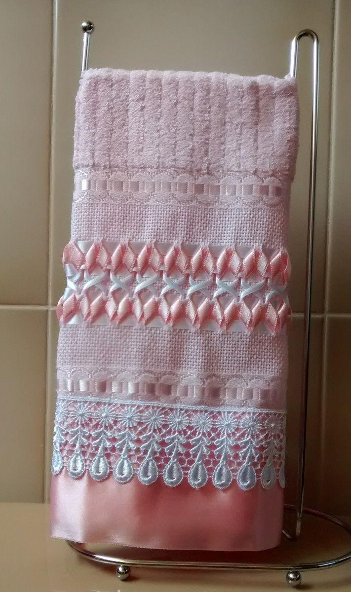 Toalha para Lavabo tamanho mão na cor rosa  Toalha Casa In (Karsten/Passa-Fita), 98% algodão e 2% viscose  Trançado em Fitas feito à mão com fitas Progresso rosa e branco  Acabamento com Guipir branco e Fita de Cetim rosa