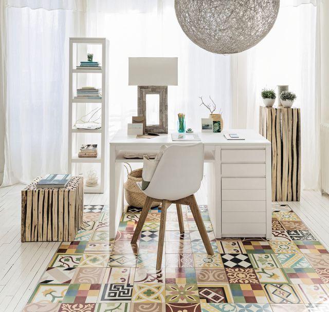 Bureau avec un sol en carreaux de ciment et mobilier blanc