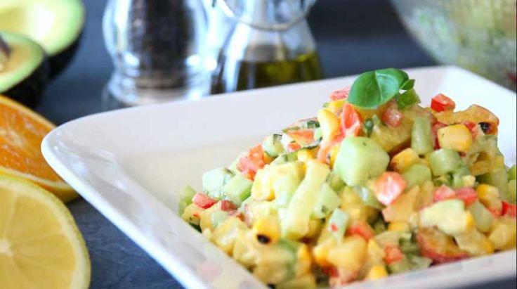 L'été, rien de tel que manger une bonne salade fraîche. Pour changer un peu des salades traditionnelles, CuisineAZ vous propose cette recette de salade originale. Du maïs grillé, de l'avocat, des poivrons, des pêches, des concombres, une touche de piment, de la coriandre et du basilic, le tout accompagné d'une sauce mayonnaise revisitée au citron et au piment. Le résultat : une salade fraîche et légère, des goûts sucrés et salés qui se marient à merveille, une touche pimentée pour relever…