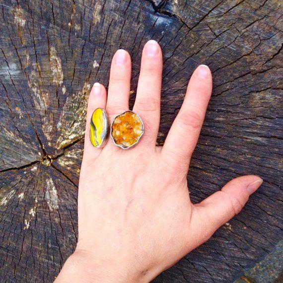 Rotsachtige weg. Verstelbare dubbele ring met ruwe door Saskiart