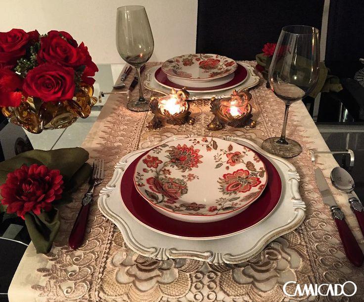 Já pensou em usar floral para um momento romântico? A @helvia_mesas pensou e acertou em cheio na escolha. Amamos!