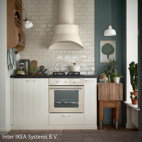 Normalerweise ist eine Dunstabzugshaube alles andere als dekorativ: Dieses Exemplar fügt sich jedoch ganz hervorragend in die kleine Küche im Landhaus-Look…