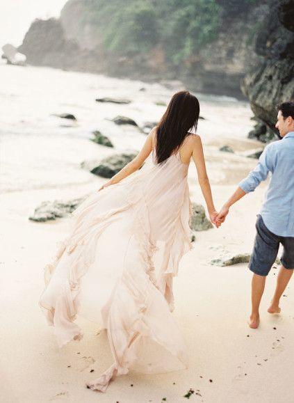 couple on beach / Jemma Keech Photography