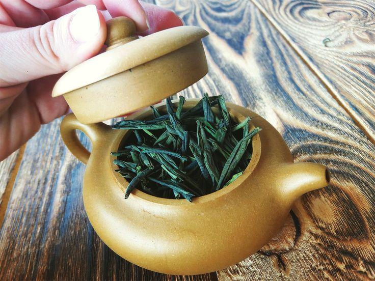 Легенда о Люань Гуапянь  Вокруг неповторимого и труднодоступного сорта чая слагаются легенды и мифы. Они мало похожи на правду, но придают ореол сказочности и волшебства вокруг таинственного напитка.  Согласно одному из старинных сказаний открыла удивительный чай девушка необычайной красоты. Спасаясь от ненастья, она укрылась в пещере. Возле входа девушка обратила внимание на куст, распространявший чарующий аромат. Красавица решила сорвать несколько листочков. И о чудо! На их месте тут же…