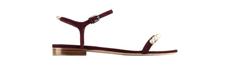 Chanel http://www.vogue.fr/mode/shopping/diaporama/shopping-sandales-du-printemps-ete-2014/19097/image/1007783#!chanel-perles-shopping-sandales-ete-2014