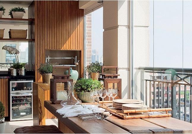 Espaço bem aproveitado, churrasqueira com revestimento de madeira tipo deck, parede da cuba com espelho para ampliar o espaço, adega, uma mesa de demolição bem robusta.