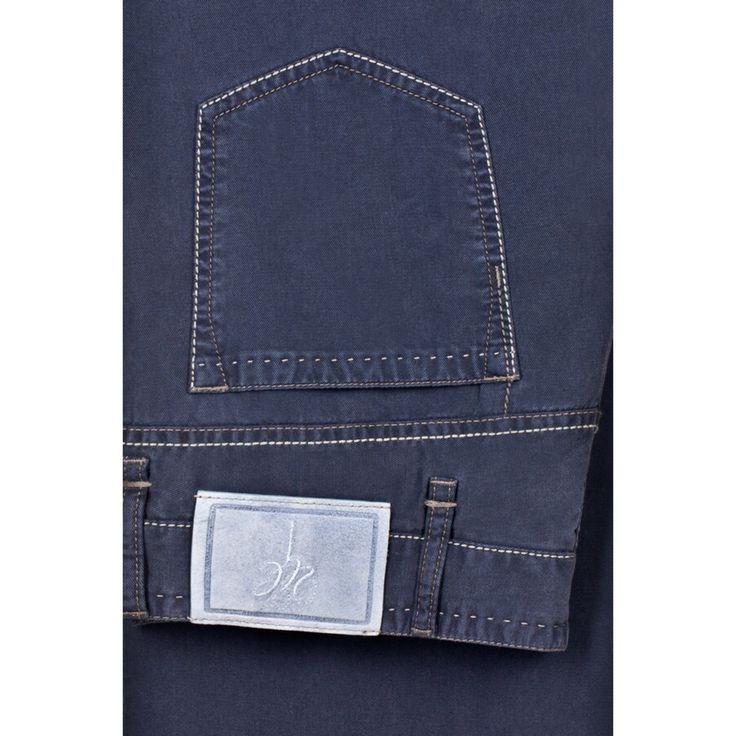 В мужском гардеробе не обойтись без нескольких пар прямых джинсов из традиционного синего или голубого денима. #джинсы #denim