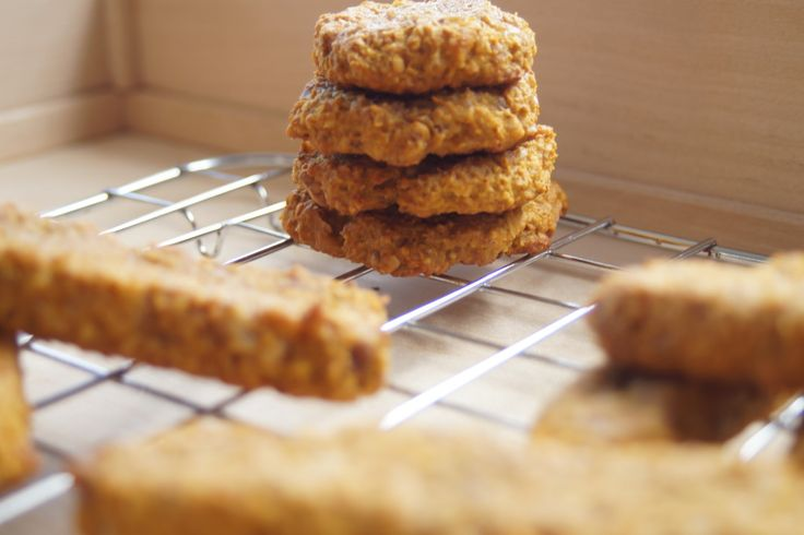 Pyszne ciasteczka owsiane z dodatkiem dyni, miodu i orzchów, za to bez cukru i mąki. Sprawdź na http://babkaikanapka.pl/co-jesc-w-szkole/