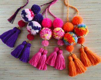 Encanto de bolso pom pom encanto de bolsa de espiga Neon borla rosa bolso encanto bolsa accesorios Boho accesorios bolso encanto encanto de monedero de pom Pom  Encanto del bolso colorido de borlas y pompones hechos a mano. Perfecto para los bolsos de verano y playa.  Un tamaño.  Longitud sin un lazo: aprox. 8,6 pulgadas/22 cm  ♥ Heartmade tema ♥  Todos mis productos vienen en un embalaje bien diseñado, así que están listos para ser dados como regalos.  Cada pieza de joyería se hace en un…