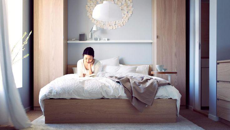 Una camera da letto accogliente con morbida biancheria da - Biancheria letto ikea ...