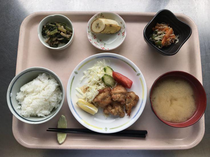 11月1日。鶏肉の唐揚げ、人参のしらす干し煮、小松菜としめじのおひたし、里芋と揚げの味噌汁、バナナでした!鶏肉の唐揚げが特に美味しかったです!623カロリーです