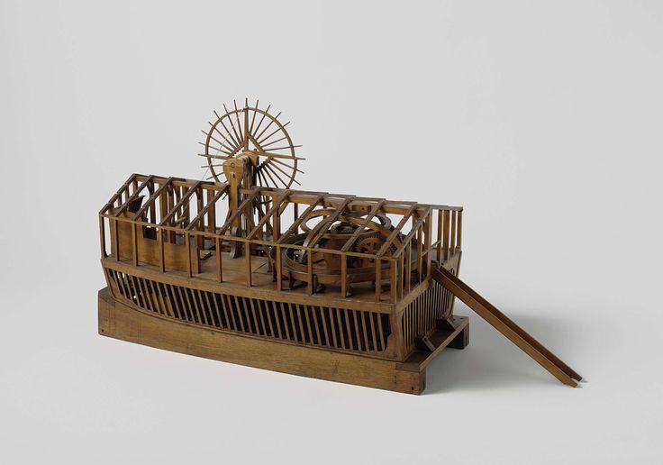 Anonymous | Model of a dredger, Anonymous, 1800 | Model van een overkapte ketting-baggermolen met op het achterdek gesitueerde rosmolen. De ketting wordt aangedreven met een raderwerk, dat ook een windas benedendeks voor het ankertouw aandrijft, voor de voortbeweging van het vaartuig. De diepte van de bak, waarover de ketting met schoepen loopt, wordt geregeld met een groot verticaal rad met windas en takels. De bovenkant van de bak is midden in de rosmolen geplaatst en de modder wordt daar…