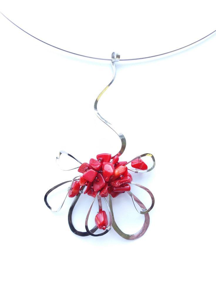 """Přívěsek+PR2+""""Květ+s+korálem""""+Autorský+šperk.+Originál,+který+existuje+pouze+vjednom+jediném+exempláři+z+romantické+edice+variací+na+květy.+Vyniká+svou+lehkostí,+kouzelným+prostorovým+tvarem+a+výraznou+barevností+rudého+korálu.++Přívěsek+je+celý+vyroben+ručně.+Tepaný,+ohýbaný,+tvarovaný+z+chirurgických+drátů+o+třech+různých+tloušťkách.+Ocelové+REDA..."""