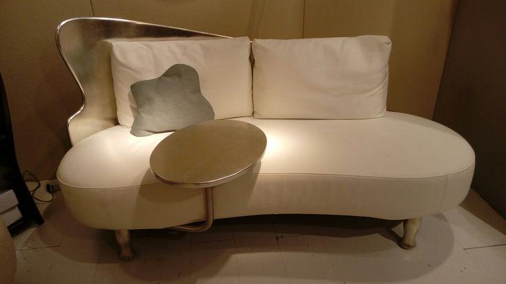 Sofa Sinfonia con tavolino; decorato in foglia Argento rivestito in pelle bianca.  Produzione Danber Italia Designer Carlo Berruti