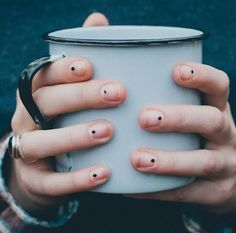 Un simple punto puede verse encantadoramente elegante… | 27 ideas de arte en uñas para chicas perezosas que, en realidad, son sencillas