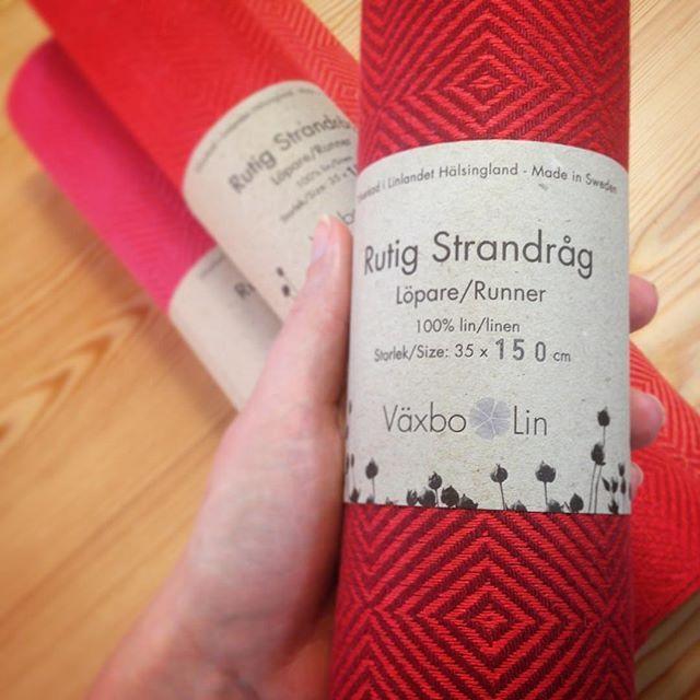 Rutig Strandråg Runner in the colour Red/Boredeaux from Vaxbo LIn.