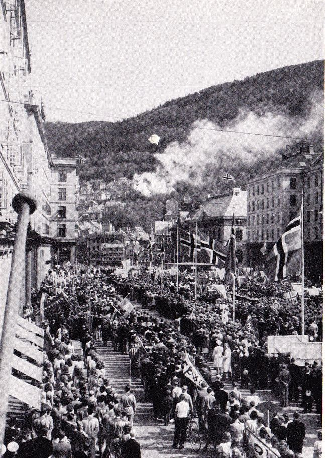 May 17th (Norway´s National day) in Bergen somewhere in the 1940´s <3 I love this picture and it´s taken from one of my very favorite websites, Fotomuseum Bergen - filled with old pictures of my beautiful, beloved city:)