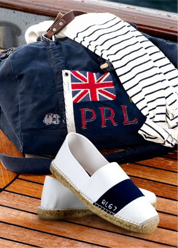 Prendre la mer, tout de Ralph Lauren vêtu.
