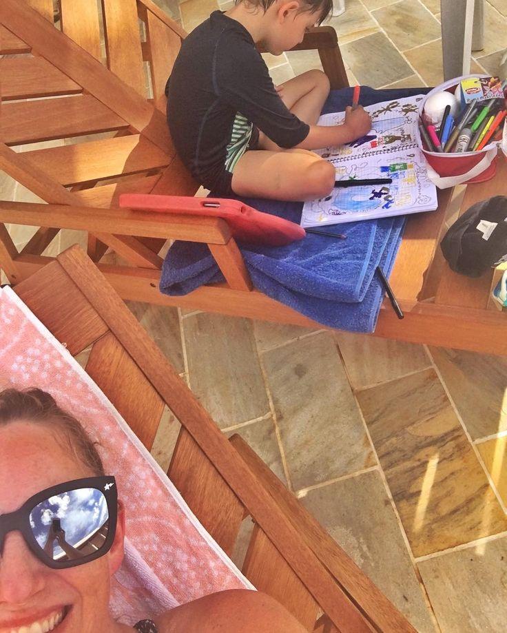 Cansou da piscina.... foi ali pegou o caderno lápis de cor e canetinhas..... acho que tem alguém com saudades da escola #grupomamaesdesp #materniarte