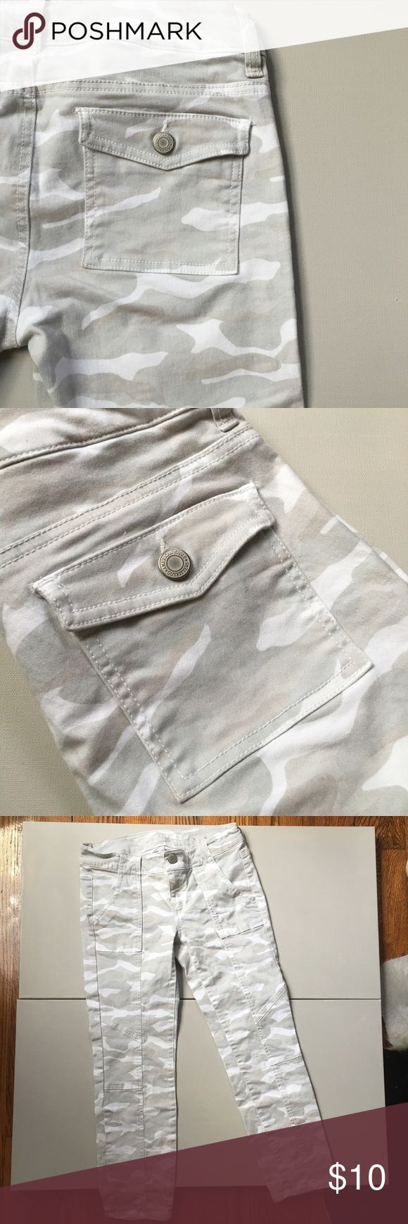 [ American Eagle ] Cargo Capri  Listing! Gently used. No stains or damage. Cargo style stitching in front. 97% cotton 3% elastane. Skinny fit Size 0 - true to size. Nice color, soft and lightweight. American Eagle Outfitters Jeans