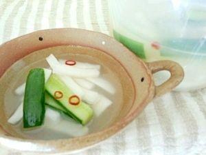 「韓国水キムチ/トンチミ風☆大根とキュウリのお漬物」冷麺スープみたいな味のお漬物です。水キムチのレシピってほんと、10種10様で悩みます。うちのはお茶パックを利用して、旨みを逃さずサッパリと♪【楽天レシピ】