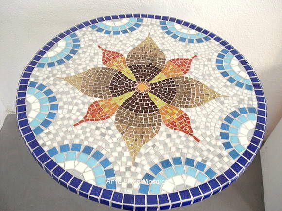 Base MDF, trabalho em mosaico com pastilhas de vidro. <br>Tamanho: 80cm altura x 60cm diâmetro <br>Pés de ferro