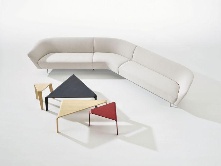 Sofa #Loop y mesas auxiliares y bancos #Ply, de Lievore Altherr Molina para la italiana #Arper. Ply se encuentra disponible en colores negro, rojo y madera natural.