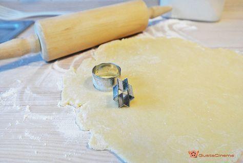Pasta frolla all'acqua è una deliziosa e leggera frolla preparata senza uova e senza burro, perfetta per realizzare crostate o biscotti.