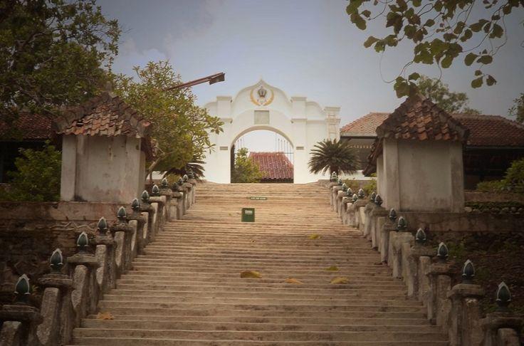 Komplek pemakaman di atas bukit yang dibangun keluarga Pura Paku Alam. Dipergunakan untuk memakamkan raja dan keluarga. Letaknya di Desa Girigondo, Temon