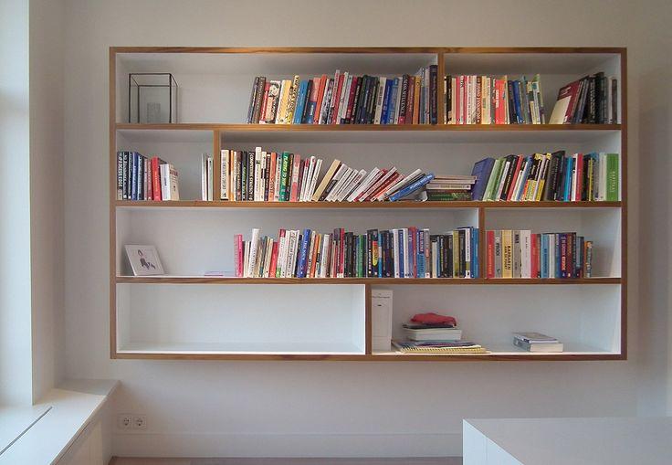 Ontworpen boekenkast met diverse vakken, hangend aan muur. Ontwerp door BNLA architecten.
