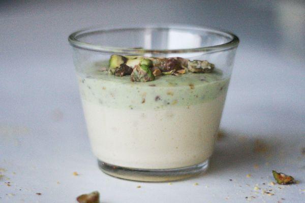 Mousse med hvid chokolade og pistacienødder