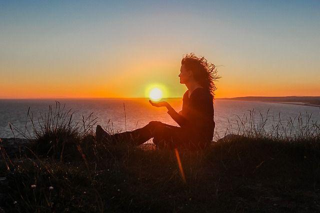 Tutti noi possediamo una barriera che ci circonda ed avvolge completamente: l'aura esiste per proteggerci e conservare l'ottimismo e la fiducia di ciascuno. Spesso i ritmi della vita mo…