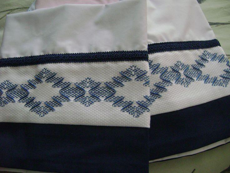 Bordado vagonité en fundas para almohadas blancas, decordas con cenefa de satén azul al igual que el bordado !!muy elegantes!!