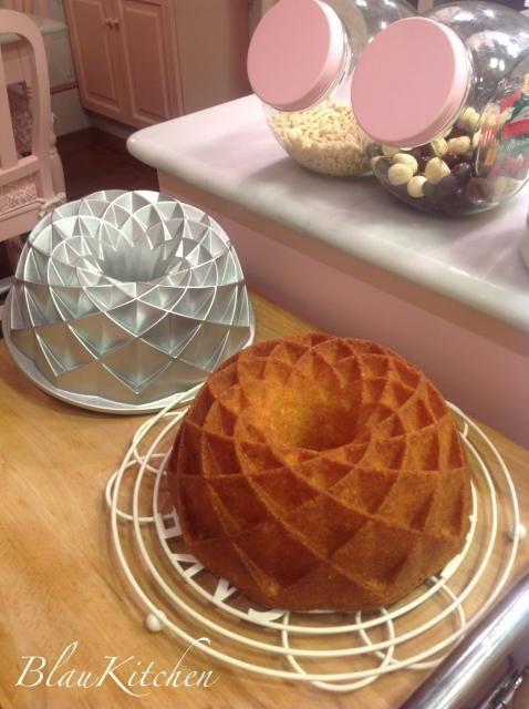 Orange Jubilee Bunt Cake o lo que es lo mismo un bundt de naranja en un molde que es una monada. Y es que estos moldes son irresistibles de bonitos que son. Nordic Ware tiene una gran variedad de e…