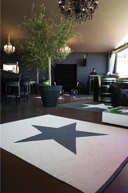 VIGGO STAR wide rug, black metallic/vanilla (opposite side), Pappelina at Cannes Film Festival 2012
