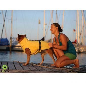 EQDOG Doggy Dry - Hundebademantel  Das Material besteht aus weicher Mikrofaser. Wenn Ihr Hund unterwegs schwimmen geht oder aus der Wanne kommt, einfach den Mantel überziehen. Das Material zieht die Nässe aus dem Fell.  Die Handhabung ist ganz einfach,  den Mantel  einfach über den Kopf ziehen. Im Brustbereich sowie am  Bauch gibt es einen Gurt zum befestigen. Ein Bauchlatz saugt das Wasser auf, das vom Rücken läuft. Einfach praktisch, wenn es mal schnellgehen muß!!!
