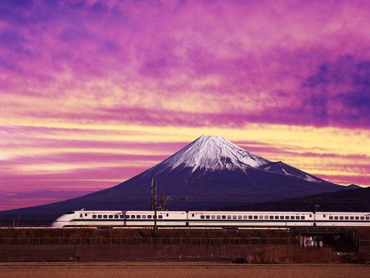 Поезд Синкансен на фоне горы Фудзи — один из самых узнаваемых пейзажей современной Японии