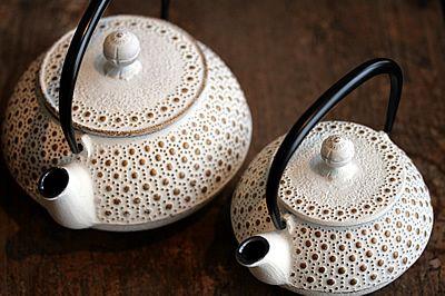 400年の伝統を持つ南部鉄器。南部鉄器と聞くと、古くさいイメージがありますか? 実は今、この南部鉄器のカラーポット「オドゥラデメール」がパリで大人気!本物志向なら、ぜひひとつは持っておきたい、おしゃれなティーポットです。