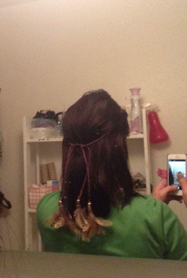 Gjorde ett hårband:) flätat av vaxteåd med pärlor och fjädrar:)