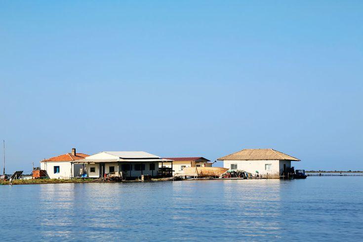 Enkele vissershuizen in de Mesolonghi lagune in Griekenland.