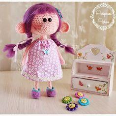 Normalmente a casi todos les gusta las muñecas bonitas, con carita dulce y agradable. Hoy traigo esta muñeca amigurumi para compartir, que no siendo tan guapa ni con la carita tan dulce, tiene algo…