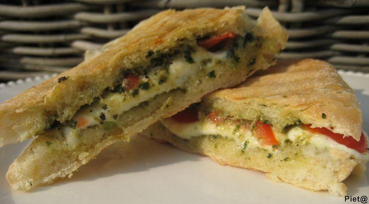 Pieta's hapjes: Tosti van ciabatta met mozzarella, tomaatjes en groene pesto
